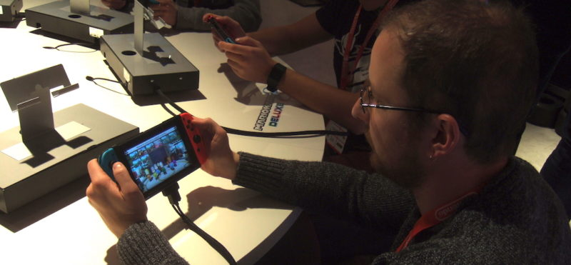 Dominik spielt die Nintendo switch an